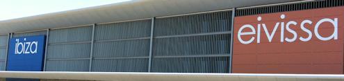 Nieuwe letters Ibiza op het luchthavengebouw