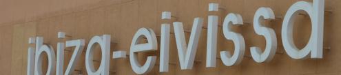Luchthavengebouw met oude letters Ibiza
