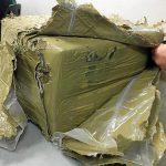 Twee duikende agenten vinden pakket met 20 kilo hasj